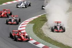 Fernando Alonso, McLaren MP4-22 Mercedes finisce nella ghiaia dopo aver fallito un tentativo di sorpasso ai danni di Felipe Massa, Ferrari F2007