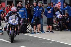 Alex Lowes, Pata Yamaha Pirelli, cambio gomme