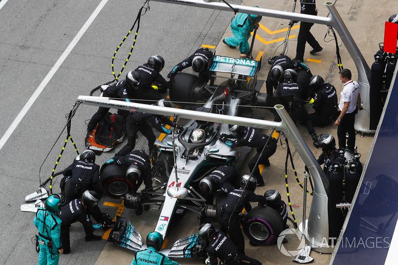 Lewis Hamilton, Mercedes AMG F1 W09, hace un pit stop