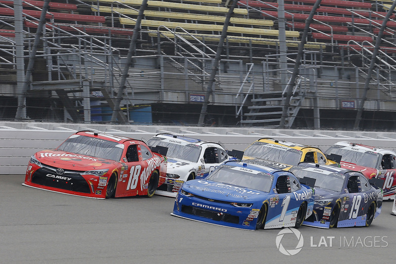 Elliott Sadler, JR Motorsports, Chevrolet Camaro Chevrolet OneMain Financial and Kyle Busch, Joe Gibbs Racing, Toyota Camry Maltesers