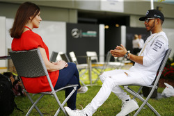 Гонщик Mercedes AMG Льюис Хэмилтон и репортер BBC F1 Ли МакКензи
