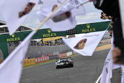 #77 Proton Competition Porsche 911 RSR: Christian Ried, Julien Andlauer, Matt Campbell remporte le GTE Am