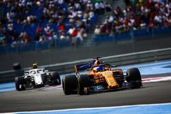 Fernando Alonso, McLaren MCL33, precede Charles Leclerc, Sauber C37