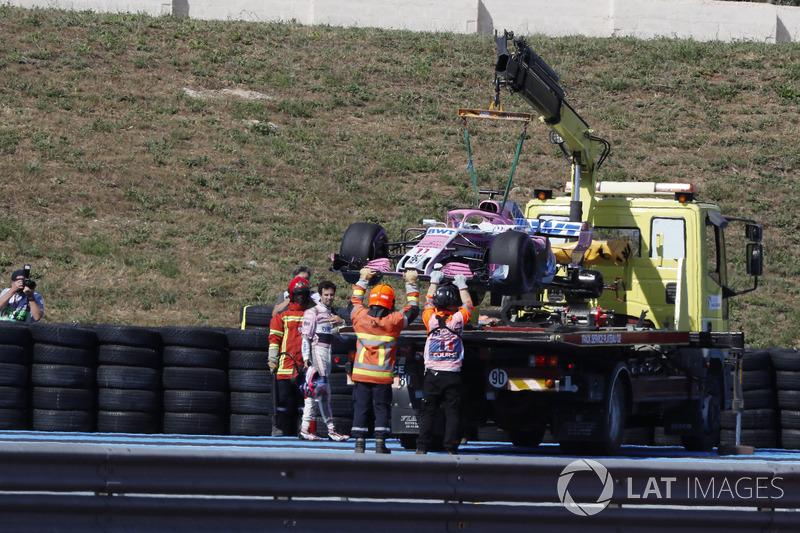 El coche de Sergio Perez, Force India VJM11 es removido