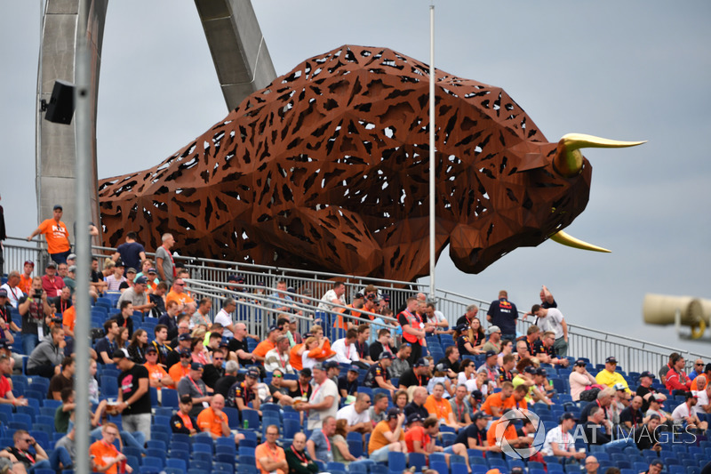 Fans and bull sculpture