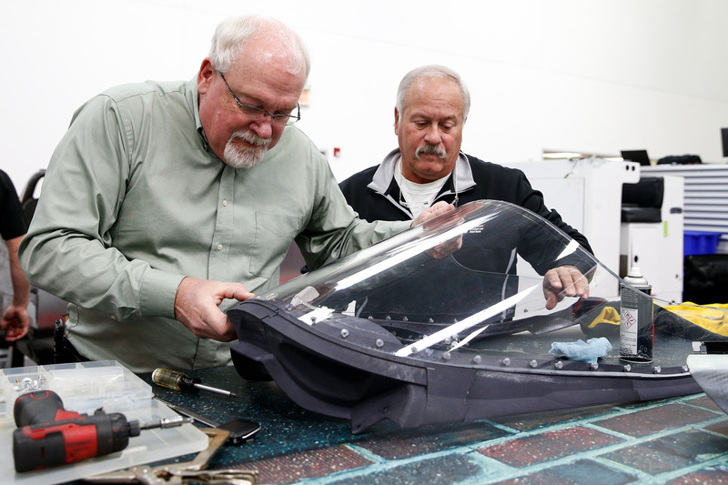 Jeff Horton, INDYCAR Director of Engineering/Safety, and Dr. Terry Trammell, INDYCAR safety consultant, memasang wingscreen pada mobil IndyCar 2018 untuk persiapan tes pertama