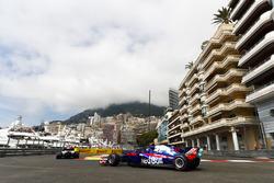Pierre Gasly, Toro Rosso STR13, derrière une Williams dans la chicane