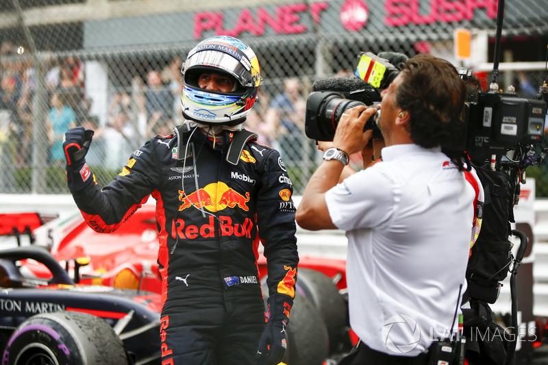 Il vincitore della gara Daniel Ricciardo, Red Bull Racing, festeggia nel parco chiuso