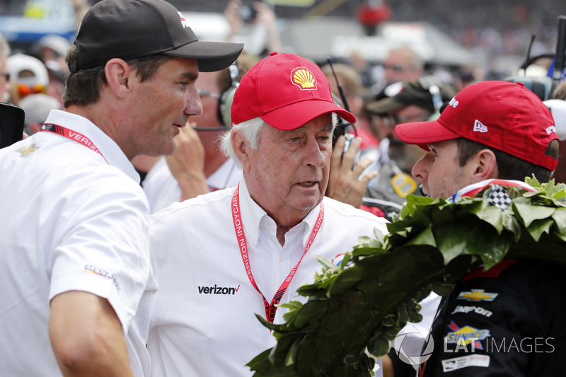 Will Power, Team Penske Chevrolet riceve le congratulazioni di Tim Cindric e Roger Penske nella victory lane