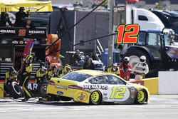 Ryan Blaney, Team Penske, Ford Fusion Menards / Pennzoil, makes a pit stop