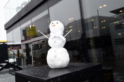 Снеговик в Mercedes AMG F1