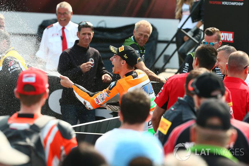 Sur le podium : le vainqueur Jules Cluzel, NRT