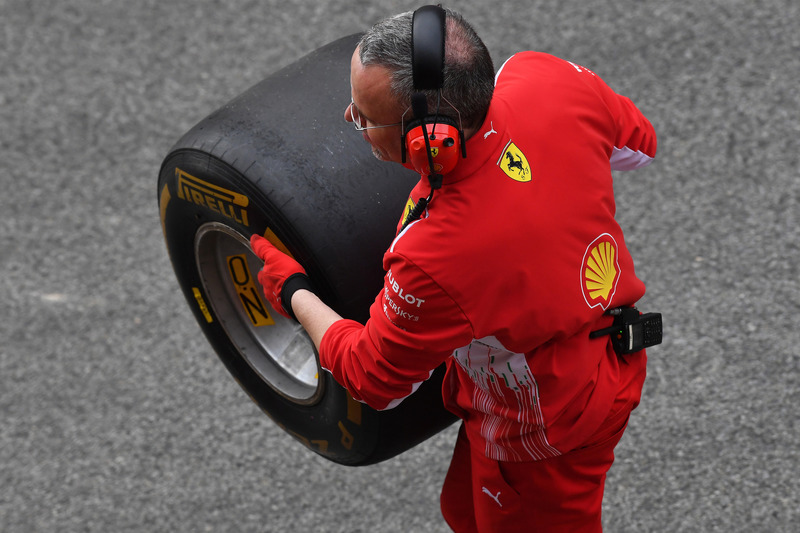 Mekanik Ferrari memegang ban Pirelli