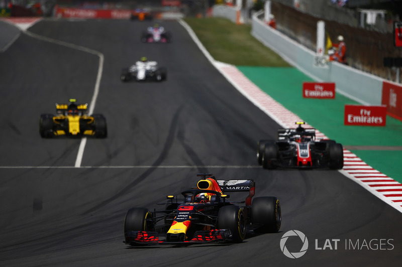 Daniel Ricciardo, Red Bull Racing RB14, Kevin Magnussen, Haas F1 Team VF-18, Carlos Sainz Jr., Renault Sport F1 Team R.S. 18