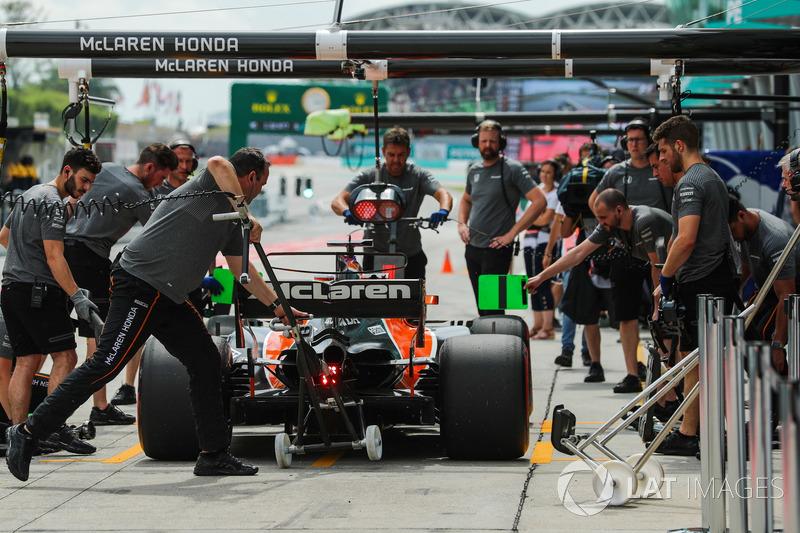 Fernando Alonso, McLaren MCL32 pit stop antrenmanı