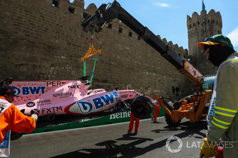 Nach Crash: Auto von Sergio Perez, Sahara Force India VJM10, wird geborgen