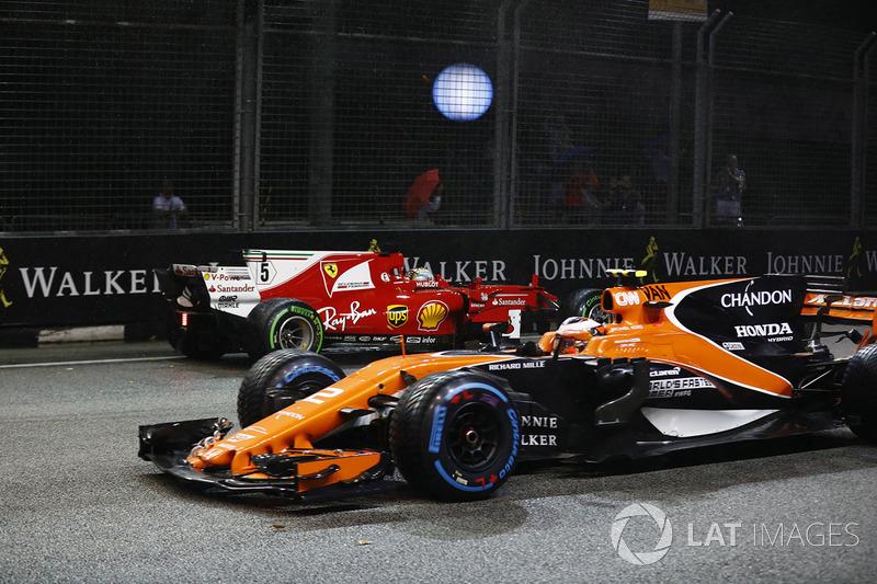 Stoffel Vandoorne, McLaren MCL32 supera Sebastian Vettel, Ferrari SF70H dopo che ha toccato il muro