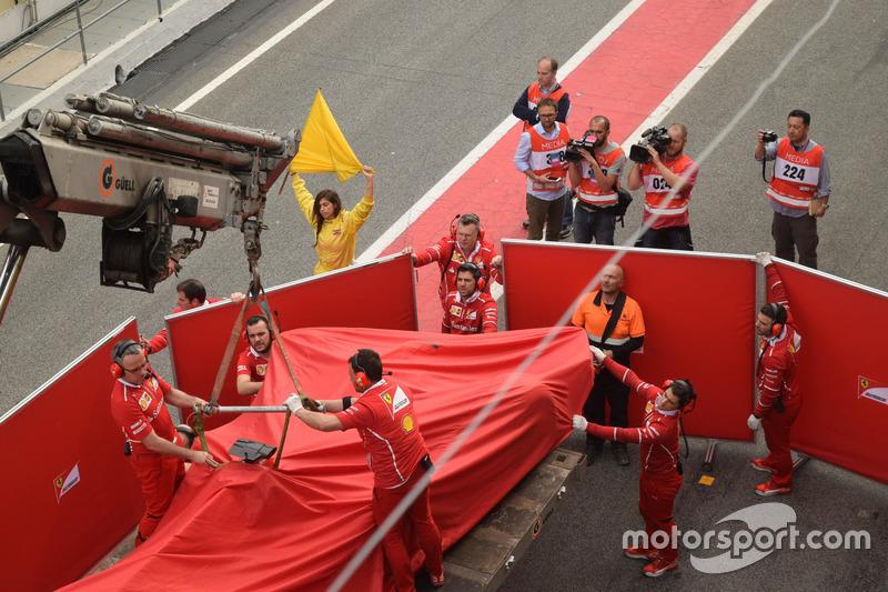 Вкритий Ferrari SF70H Кімі Райкконена, Ferrari повертають у бокси