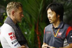 Kevin Magnussen, Haas F1 Team, Ayao Komatsu, Haas-Renningenieur