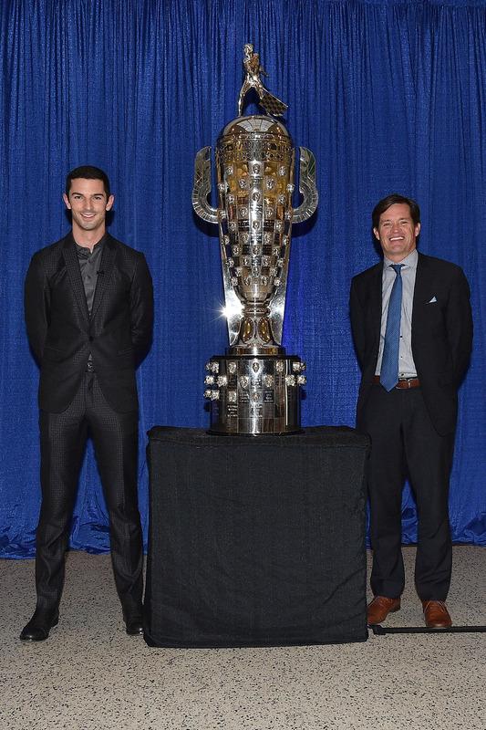 Alexander Rossi mit der Borg-Warner-Trophy für den Sieg beim Indy 500