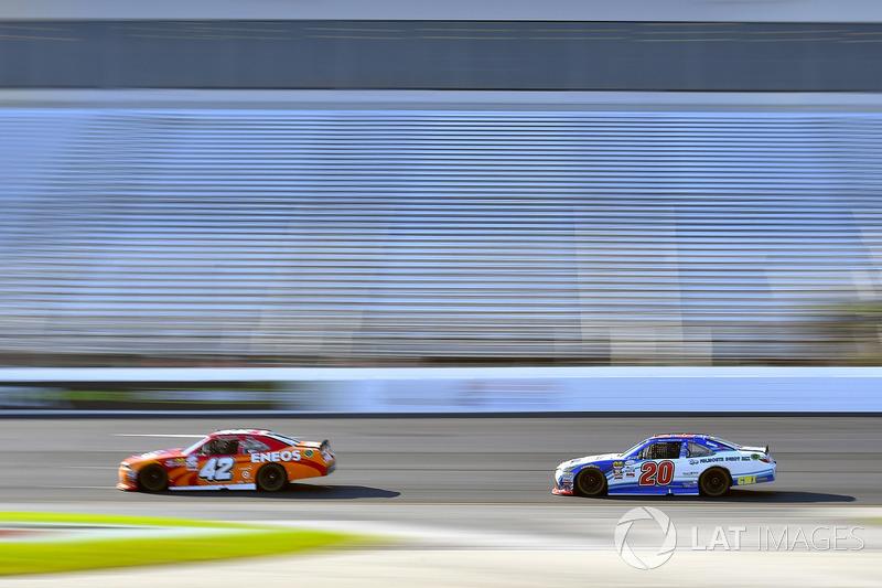 Kyle Larson, Chip Ganassi Racing Chevrolet y Ryan Preece, Joe Gibbs Racing Toyota