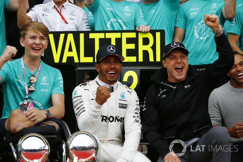 Ganador de la carrera Lewis Hamilton, Mercedes AMG F1, celebra con Billy Monger y el equipo