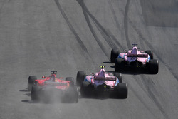 Sergio Pérez, Sahara Force India VJM10, Esteban Ocon, Sahara Force India VJM10 y Sebastian Vettel, Ferrari SF70H battle