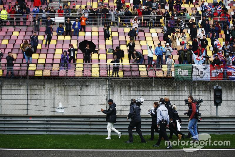 Fans bekommen Mützen von Lewis Hamilton, Mercedes AMG