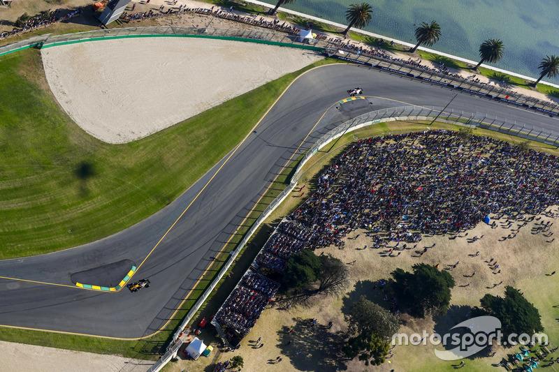 Nico Hülkenberg, Renault Sport F1 Team, RS17; Esteban Ocon, Force India, VJM10