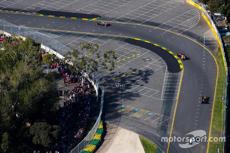 Kevin Magnussen, Haas F1 Team VF-17, leads Stoffel Vandoorne, McLaren MCL32, Jolyon Palmer, Renault