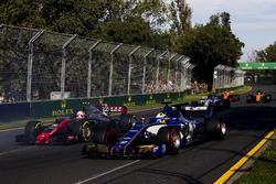 Marcus Ericsson, Sauber C36; Kevin Magnussen, Haas F1 Team VF-17