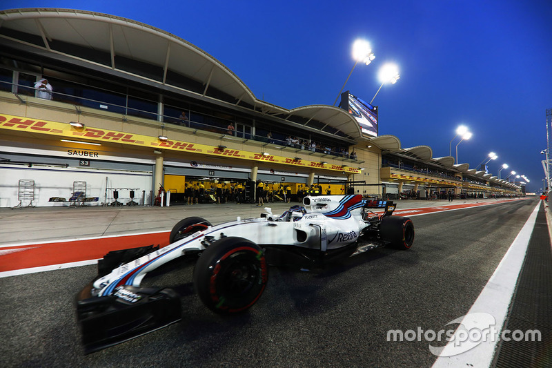 Lance Stroll, Williams FW40, leaves the pits