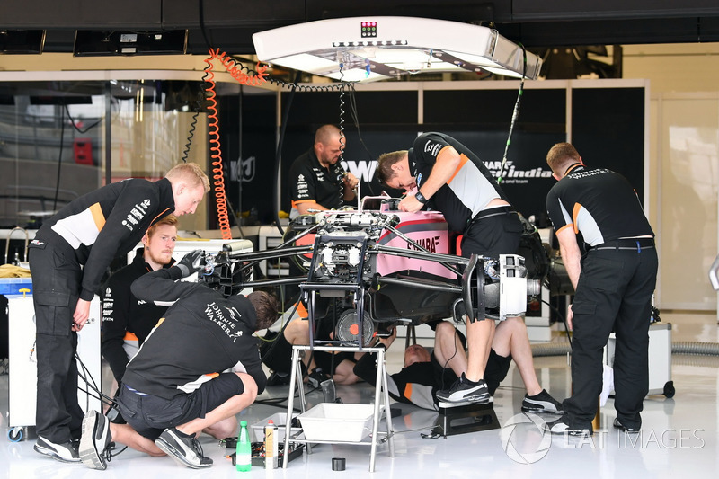Sahara Force India VJM10 in de garage