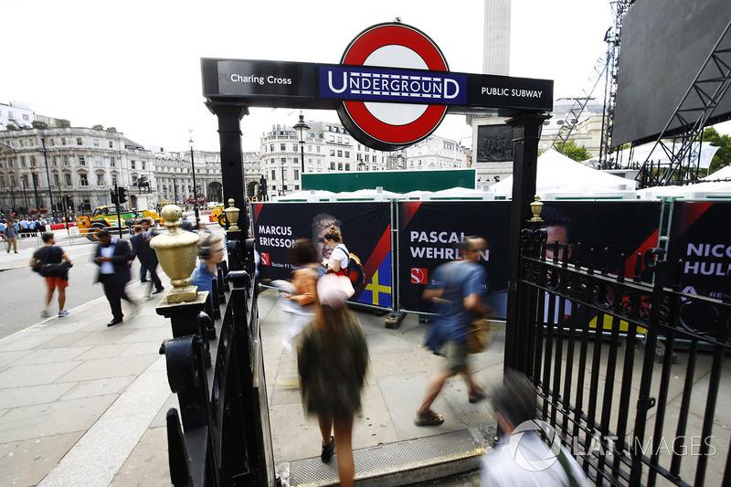 Suasana F1 Live di pintu masuk London Underground