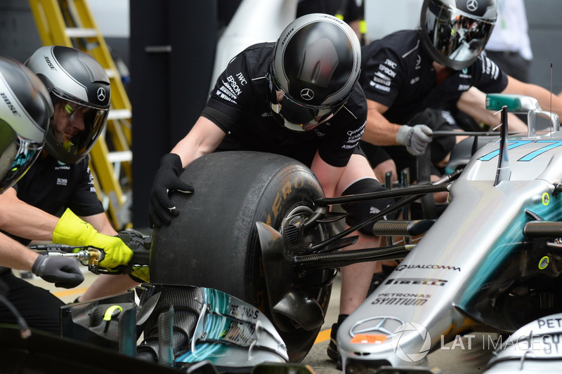 Механік Mercedes AMG F1 тренує піт-стоп