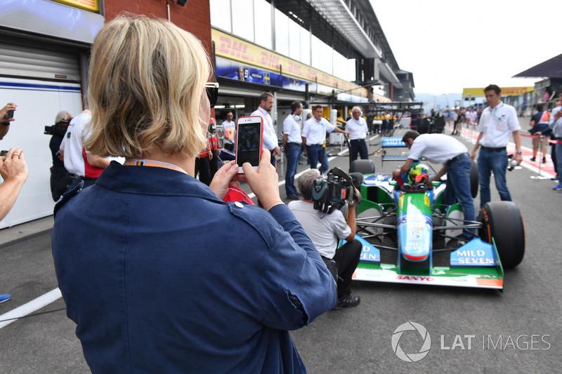Sabine Kehm prend une photo de Mick Schumacher, Benetton B194