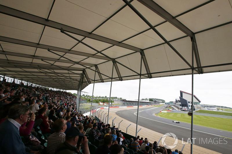 Fans beobachten einen Williams FW07