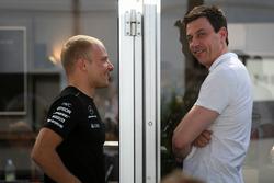 Valtteri Bottas, Mercedes AMG F1 y Toto Wolff, Mercedes AMG F1 Director de Motorsport