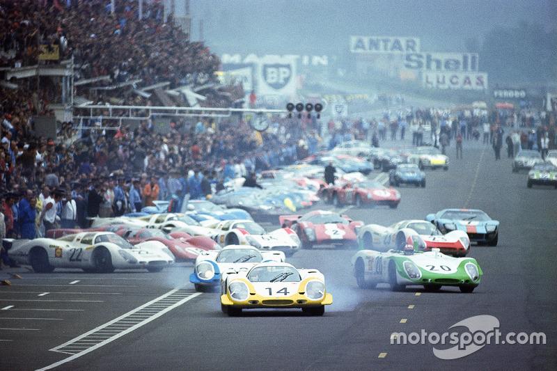 Останній справжній старт Ле-Мана: Всі пілоти біжать до машин, Рольф Стоммелен, Porsche 917, попереду