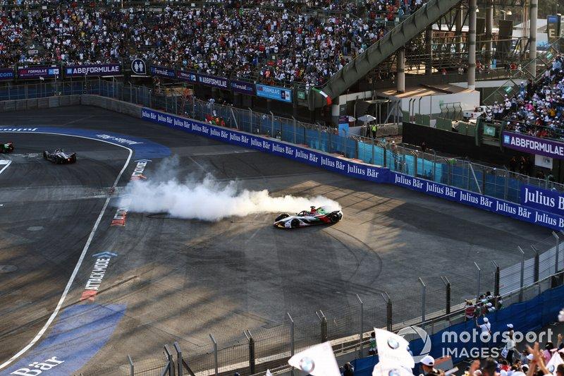 Lucas Di Grassi, Audi Sport ABT Schaeffler, Audi e-tron FE05, festeggia con dei donuts dopo aver vinto la gara