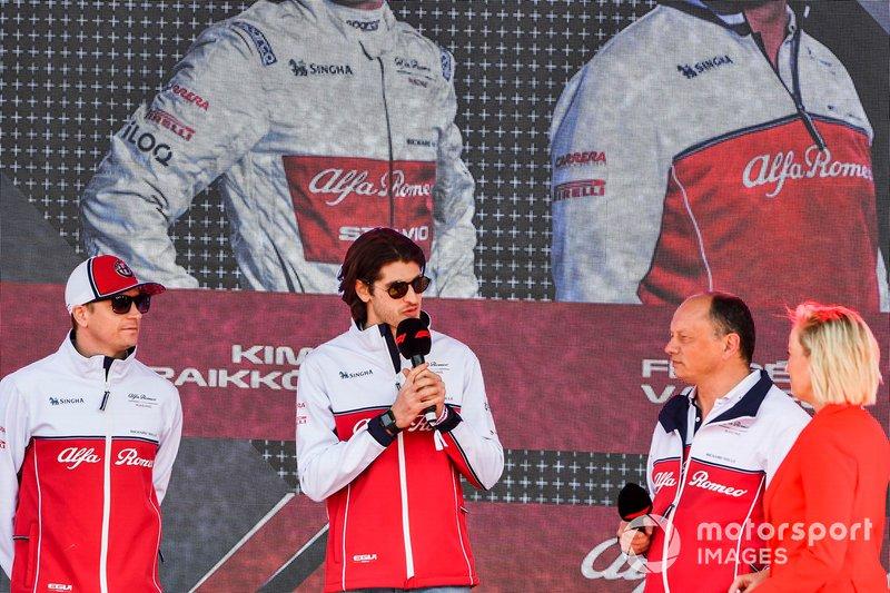 Kimi Raikkonen, Alfa Romeo Racing, Antonio Giovinazzi, Alfa Romeo Racing e Frederic Vasseur, Team Principal, Alfa Romeo Racing, all'evento a Federation Square