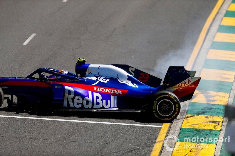 Alexander Albon, Toro Rosso STR14, va in testacoda