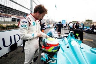 Oliver Turvey, NIO Formula E Team, in griglia di partenza