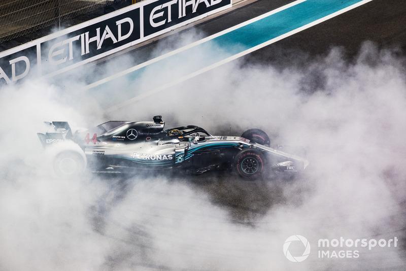 Lewis Hamilton, fait des donuts sur la grille