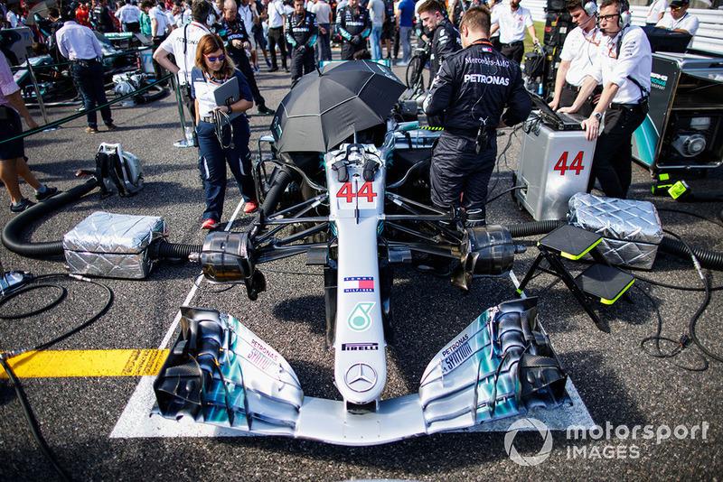 La monoplace de Lewis Hamilton, Mercedes AMG F1 W09 EQ Power+, sur la grille avec les ingénieurs