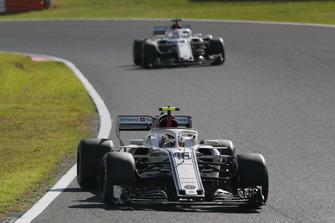 Charles Leclerc, Sauber C37 precede Marcus Ericsson, Sauber C37