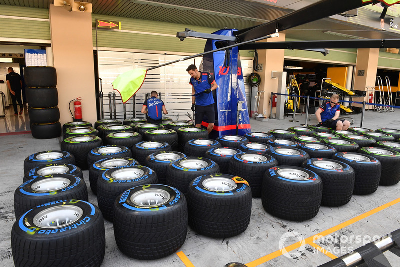 Des pneus Pirelli dans le garage Scuderia Toro Rosso