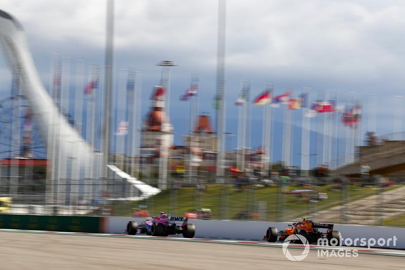 Esteban Ocon, Racing Point Force India VJM11, y Stoffel Vandoorne, McLaren MCL33