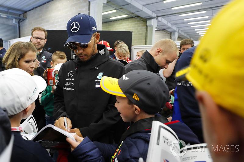 Lewis Hamilton, Mercedes AMG F1, imza dağıtıyor