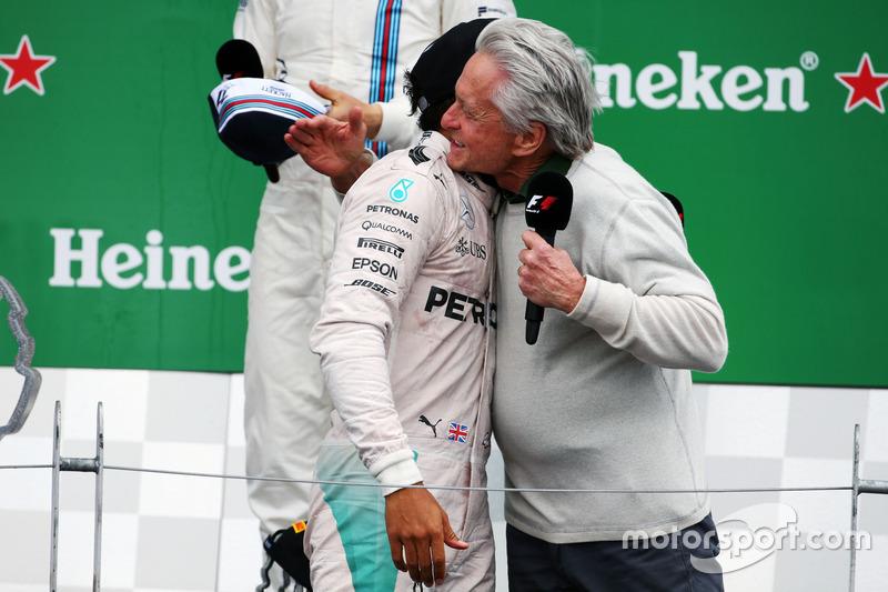 (Зліва направо): переможець гонки Льюїс Хемілтон, Mercedes AMG F1, та Майкл Дуглас, актор, на подіум